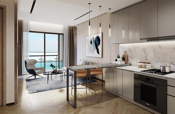 Phòng khách được thiết kế với mặt kính tràn tấm lớn, hệ cửa kính Low-E cao cấp có chiều cao sát trần tối ưu hóa ánh sáng tự nhiên, mở ra tầm nhìn triệu đô hướng thẳng biển hồ, kết nối thông với phòng bếp tạo không gian mở độc đáo cho cả căn nhà, tối đa hóa diện tích sử dụng.