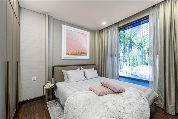 Cùng với đó, phòng ngủ cũng được trang bị cửa kính tấm lớn, giúp đón ánh sáng tự nhiên và mở ra tầm nhìn rộng hướng ra ngoại cảnh tinh tế, thoáng đãng.