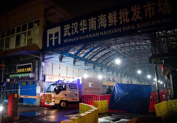 Đội ứng phó khẩn cấp về vệ sinh Vũ Hán rời khỏi chợ đầu mối hải sản Hoa Nam đã đóng cửa vào ngày 11.1.2020. Ảnh: AFP.