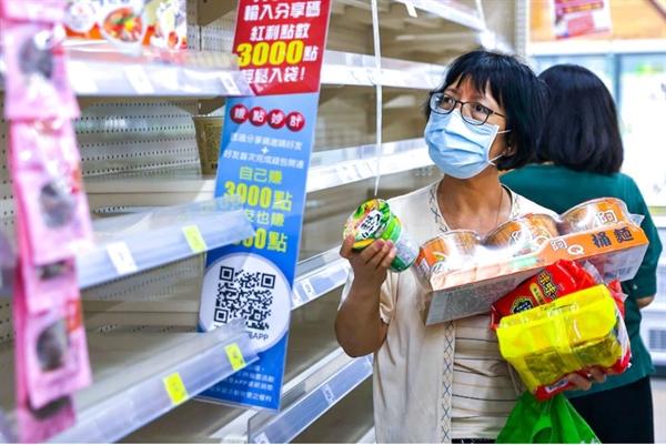 Chính phủ Đài Loan đã áp đặt những hạn chế khó khăn nhất đối với đại dịch khi các ca nhiễm COVID-19 gia tăng. Ảnh: Reuters.