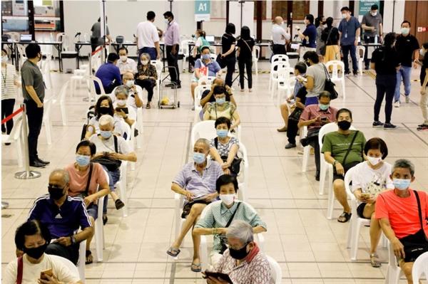 Singapore dự kiến sẽ tiêm ít nhất một liều vắc-xin coronavirus cho toàn bộ dân số trưởng thành của mình vào đầu tháng 8, các nhà chức trách cho biết. Ảnh: Reuters.