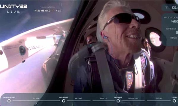 Tỉ phú Richard Branson mỉm cười trên chiếc máy bay chở khách tên lửa VSS Unity của Virgin Galactic. Ảnh: Reuters.
