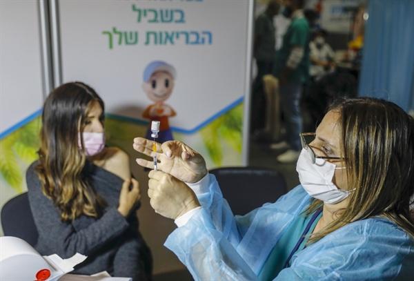 Nhân viên y tế Israel chuẩn bị tiêm phòng COVID-19 ngày 14.1.2021. Ảnh: AFP.