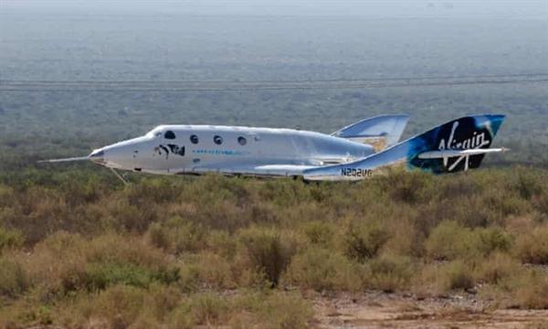 Máy bay tên lửa chở khách VSS Unity của Virgin Galactic hạ cánh sau khi đến rìa không gian phía trên Spaceport America. Ảnh: Reuters.