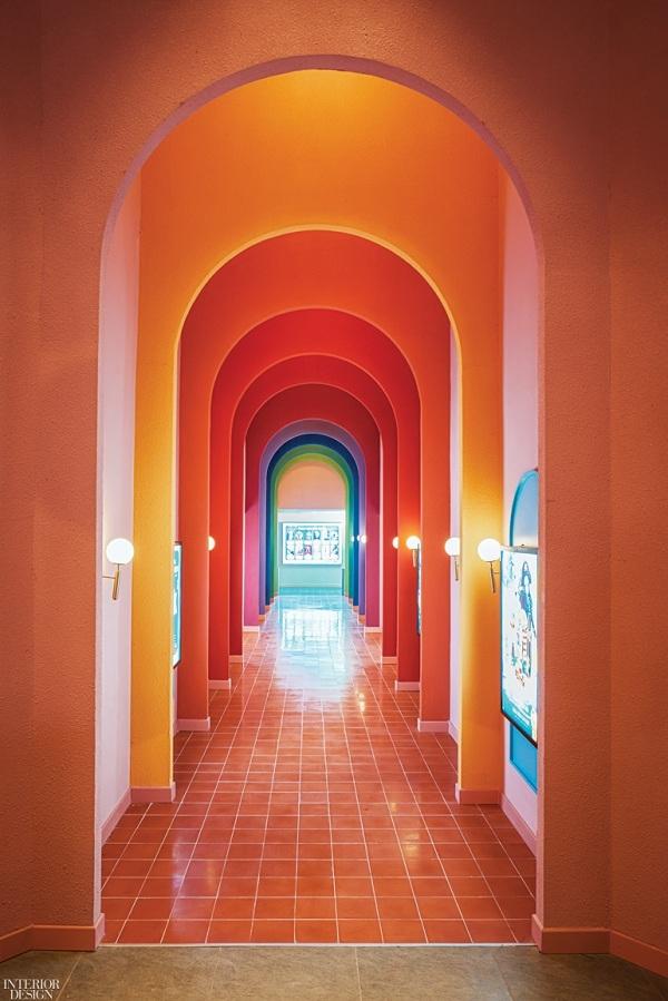 Một góc hành lang đầy màu sắc với những lát cắt bắt mắt.