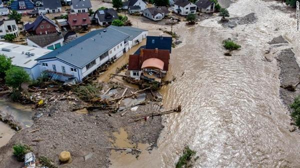 Những ngôi nhà bị hư hại do lũ lụt ở Đức hôm 15.7. Ảnh: CNN.