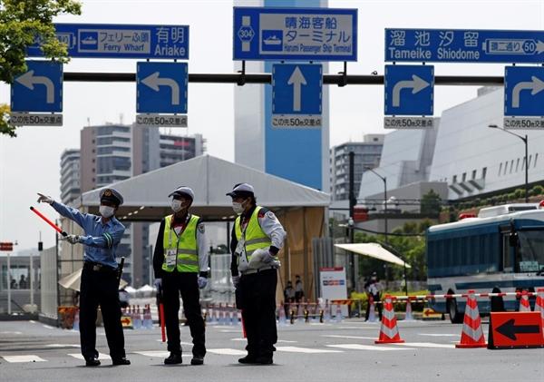 Cảnh sát và nhân viên an ninh đứng gác tại lối vào của Làng vận động viên trước thềm Thế vận hội Olympic Tokyo 2020 tại Tokyo, Nhật. Ảnh: Reuters.