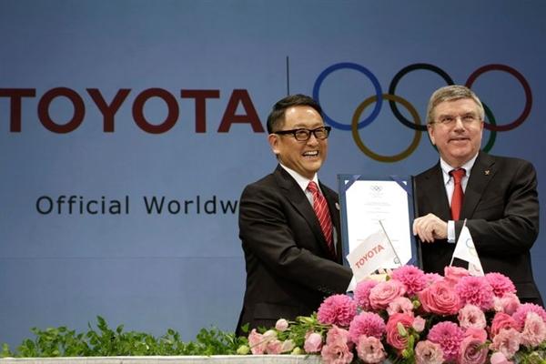 Giám đốc điều hành Toyota Akio Toyoda (trái) và Chủ tịch IOC Thomas Bach đã kỷ niệm một thỏa thuận mang tính bước ngoặt vào năm 2015, đưa hãng xe này trở thành nhà tài trợ Olympic trên toàn thế giới. Ảnh: AP.