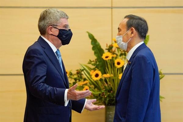 Thủ tướng Nhật Suga Yoshihide (phải) và Chủ tịch IOC Thomas Bach trong một cuộc gặp tại Tokyo ngày 14.7.2021. Ảnh: Press Pool.
