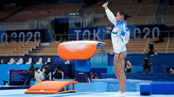 Vận động viên Oksana Chusovitina của Uzbekistan tham dự Thế vận hội thứ 8 của bà tại Thế vận hội mùa hè 2020, ở Tokyo. Ảnh: AP.
