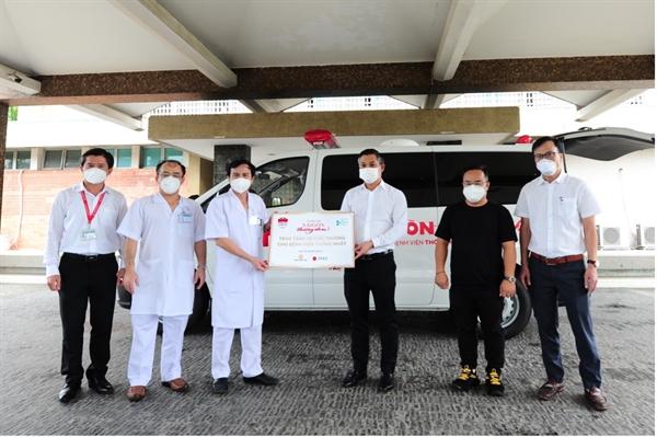 Ông Nguyễn Văn Cường – Phó Chủ tịch Tập đoàn Hưng Thịnh (thứ 3 từ phải sang) cùng đại diện các nhà tài trợ trao tặng 1 xe cứu thương cho BV Thống Nhất