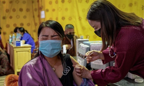 Một nhân viên y tế đã tiêm vaccine COVID-19 cho một phụ nữ tại một trung tâm tiêm chủng tạm thời ở Thimphu, Bhutan. Ảnh: AFP.