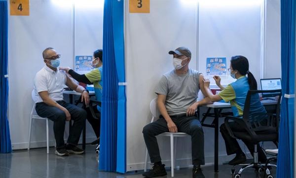 Người dân được tiêm vaccine COVID-19 tại một trung tâm tiêm chủng ở Hồng Kông hôm 23.2. Ảnh: Reuters.