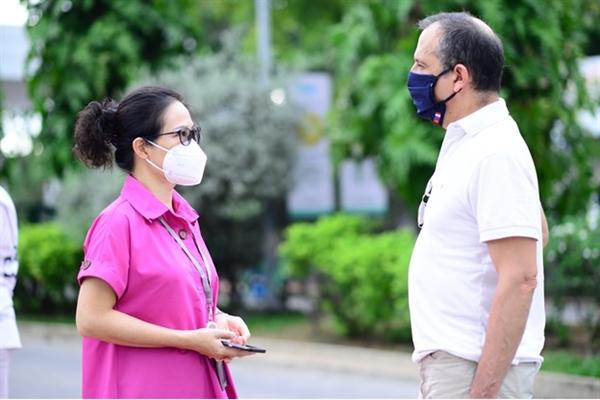 Ngài Vincent Floreani – Tổng Lãnh sự Pháp cùng trao đổi với bà Phạm Thị Thanh Mai - Giám đốc điều hành FV về công tác tổ chức chiến dịch.