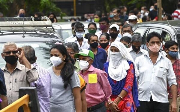 Ấn Độ, nơi chỉ có 5% dân số đã được chủng ngừa, người dân xếp hàng chờ để được tiêm vaccine COVID-19. Ảnh: AFP.