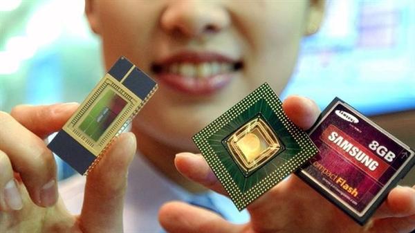 Việc áp dụng nhanh chóng các thiết bị di động trên khắp thế giới đã giúp Samsung thu hẹp khoảng cách về doanh số bán chip trong những năm gần đây. Ảnh: Reuters.
