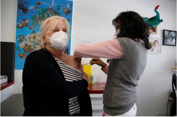 EU đặt kế hoạch tiêm chủng cho ít nhất 70% dân số trưởng thành vào cuối hè này. Ảnh: Reuters.