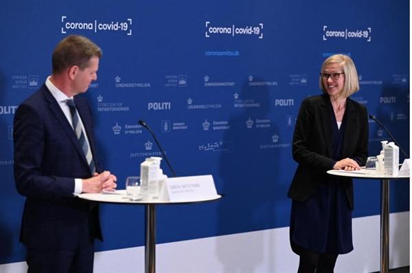 Trưởng đơn vị tại Cơ quan Dược phẩm Đan Mạch Tanja Erichsen (R) và Giám đốc Hội đồng Y tế Soeren Brostroem phát biểu trong một cuộc họp báo để giải thích lý do vaccine AstraZeneca bị dừng ở Đan Mạch. Ảnh: AFP.