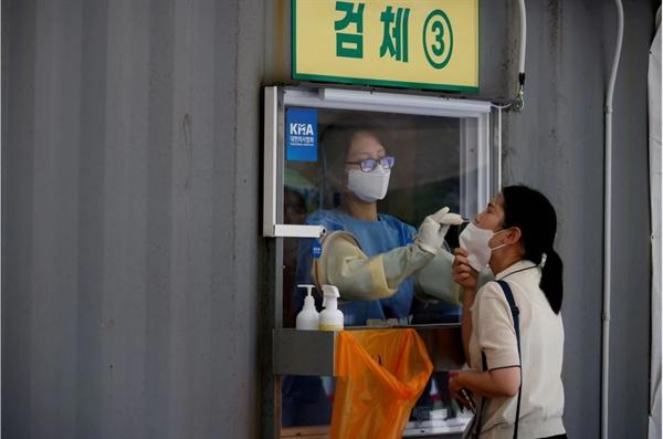 Một phụ nữ được xét nghiệm COVID-19 tại Seoul, Hàn Quốc. Ảnh: Reuters.