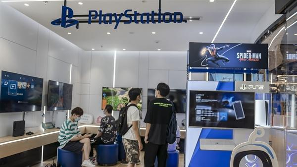 Khách hàng tại một cửa hàng bán lẻ của Sony ở tỉnh Chiết Giang, miền đông Trung Quốc. Ảnh: CFP.