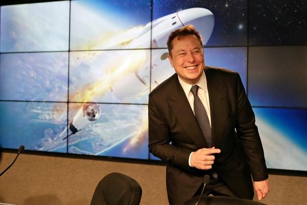 Thu nhập của tỉ phú Elon Musk trong năm 2020 vượt xa CEO đứng sau. Ảnh: AP.