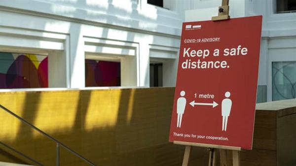 Một tấm áp phích nhắc nhở mọi người giữ khoảng cách an toàn tại Phòng trưng bày Quốc gia Singapore vào ngày 30/3/2020. Ảnh: CNBC.