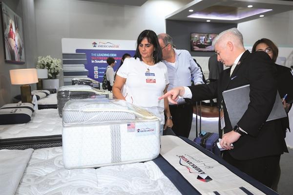 Khách hàng quan tâm các loại đệm cao cấp ở một buổi triển lãm đồ nội thất tại TP.HCM.