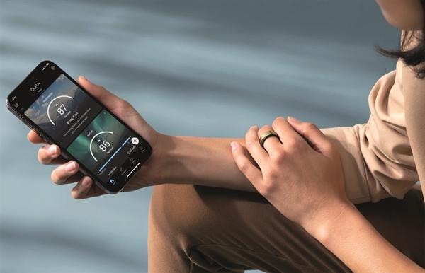 Nhẫn thông minh của Oura kết nối với smartphone.