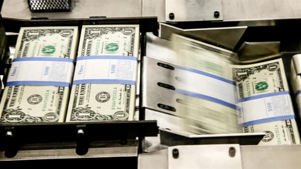 Việc cắt giảm thuế trước đây và in USD để tài trợ cho các biện pháp chi tiêu trong thời kỳ đại dịch có thể khiến vị trí của đồng USD có nguy cơ sụt giảm. Ảnh: Reuters.