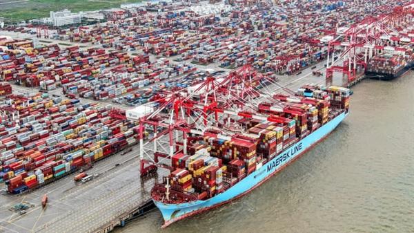 Cảng container Yangshan ở Thượng Hải. Các liên kết thương mại của Trung Quốc với một số quốc gia châu Á và châu Phi đang tạo cho Bắc Kinh sức mạnh để thách thức hệ thống thanh toán dựa trên đồng USD đã phổ biến từ lâu. Ảnh: AP.