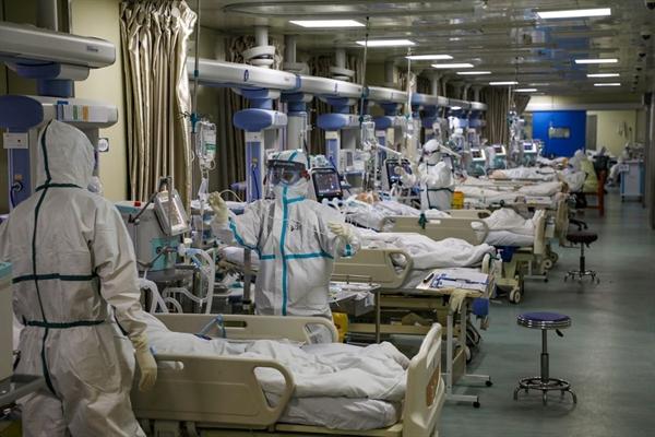 Bệnh nhân COVID-19 tại một bệnh viện ở Vũ Hán hồi tháng 2.2020. Ảnh: Reuters.