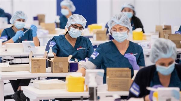 Công tác chuẩn bị vaccine COVID-19 trước khi tiêm cho người dân tại một trung tâm ở Sydney, Australia. Ảnh: AP.