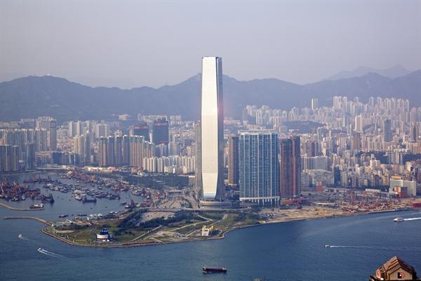 Khách sạn Ritz-Carlton Hong Kong nằm ở 17 tầng trên cùng của Trung tâm thương mại quốc tế tại Hong Kong, nắm giữ kỷ lục về quầy bar và bể bơi cao nhất thế giới. Ảnh: eVolo