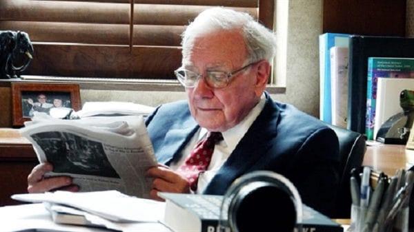 Tỉ phú Warren Buffett dành đến 80% thời gian hàng ngày chỉ để đọc. Ảnh: CNBC.