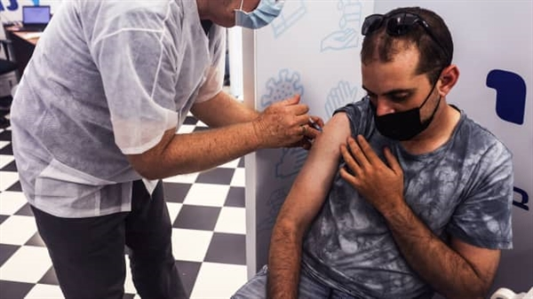 Một người đàn ông Israel tiêm vaccine thứ ba ngừa COVID-19 khi quốc gia này triển khai các mũi tiêm nhắc lại cho những người trên 30 tuổi, tại Rishon Lezion, Israel ngày 24 tháng 8 năm 2021. Ảnh: Reuters.