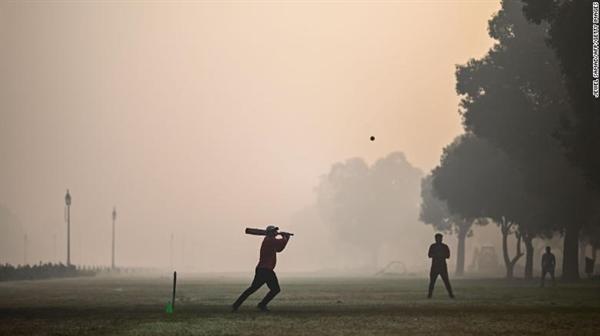 Mọi người chơi bóng chày tại một công viên trong điều kiện sương mù ở New Delhi vào ngày 8 tháng 2 năm 2021. Ảnh: CNN.