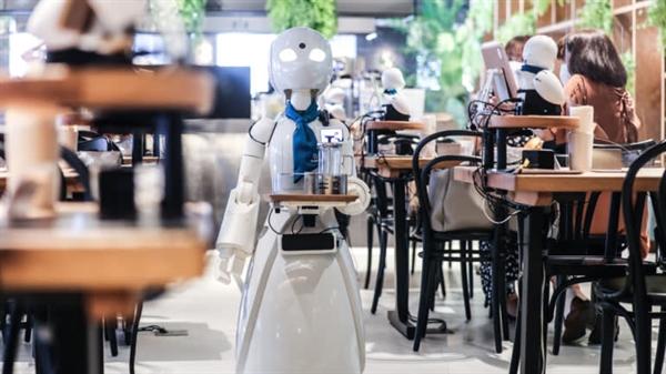 Một robot tìm đường giữa các bàn tại quán cà phê DAWN ở Tokyo. Ảnh: Nikkei Asian Review.