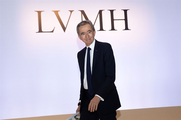 Ông Bernard Jean Étienne Arnault là Chủ tịch kiêm Giám đốc điều hành của LVMH, công ty hàng xa xỉ lớn nhất thế giới. Ảnh: CNBC.