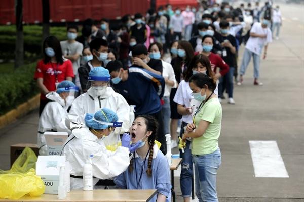 Xét nghiệm hàng loạt tại một nhà máy ở Vũ Hán, nơi COVID-19 được phát hiện lần đầu tiên vào năm 2019. Ảnh: AP.