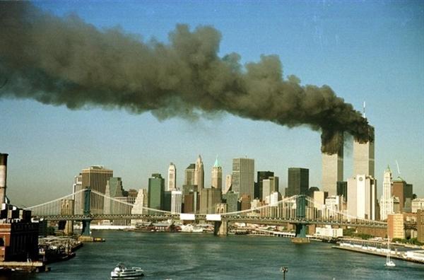 Quang cảnh hai tòa tháp của WTC sau vụ tấn công. Ảnh: Reuters.