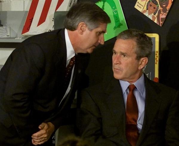 Tổng thống Mỹ khi đó là George W. Bush lắng nghe khi Chánh văn phòng Nhà Trắng Andrew Caid thông báo về vụ tấn công thứ hai vào WTC. Ảnh: Reuters.