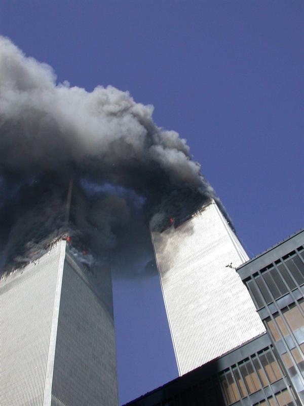 Khói bốc ra từ Trung tâm Thương mại Thế giới sau khi bị 2 máy bay đâm phải được một nhân viên mật vụ Mỹ chụp lại. Ảnh: Cơ quan Mật vụ Mỹ.