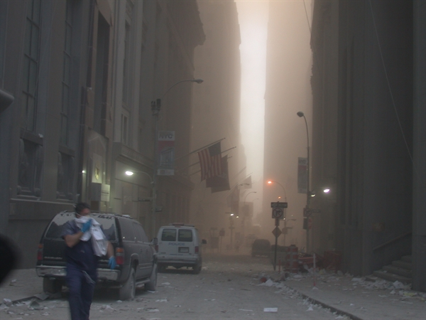 Khu vực Ground Zero mù mịt khói bụi sau khi tòa tháp đôi đổ sập. Ảnh: Cơ quan Mật vụ Mỹ.