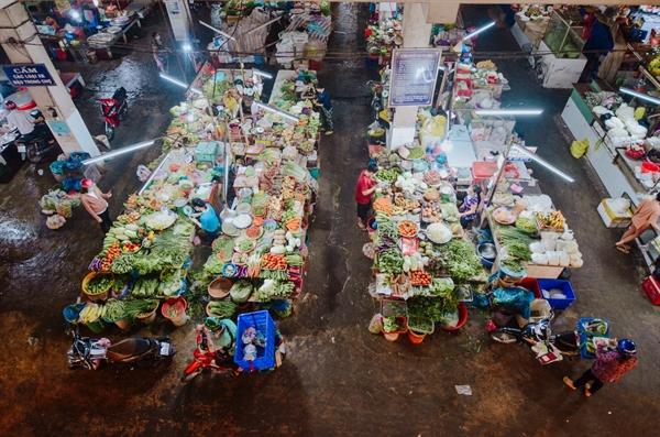 Hình ảnh chợ hoạt động trở lại, người dân đi mua sắm