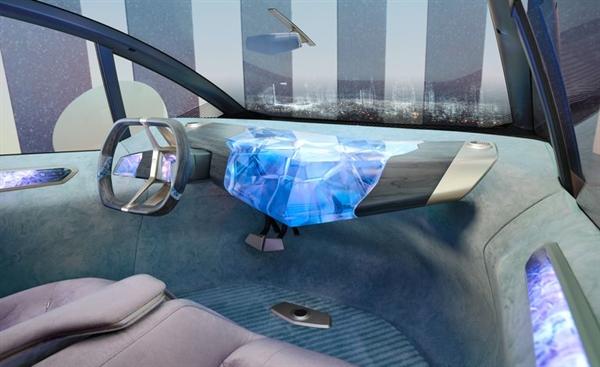 Nội thất có tông màu nhẹ nhàng, sàn và cửa có màu xanh bạc hà nhạt, ghế bọc vải tái chế màu tím nhạt và các điểm nhấn được hoàn thiện bằng vàng-đồng tương tự như thân xe. Ảnh: Car & Driver.