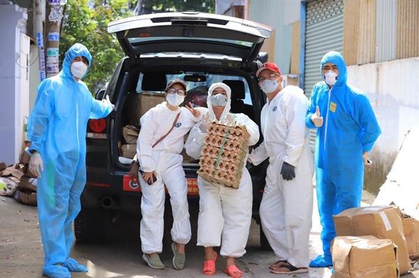 Quỹ Trăng Khuyết cùng đội phản ứng nhanh Sài Gòn chuẩn bị các nhu yếu phẩm, suất ăn cho các mái ấm. Nguồn: Quỹ Trăng Khuyết đồng hành cùng dự án Home Love.