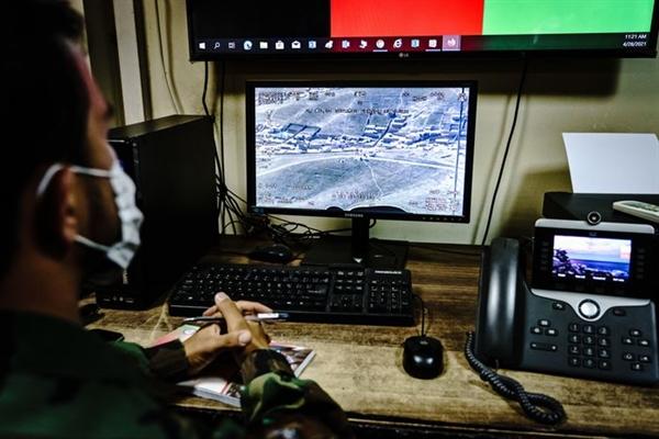 Các sĩ quan tình báo ở Kabul, Afghanistan theo dõi cảnh quay từ máy bay giám sát, ngày 28/4. Ảnh: Getty Images.