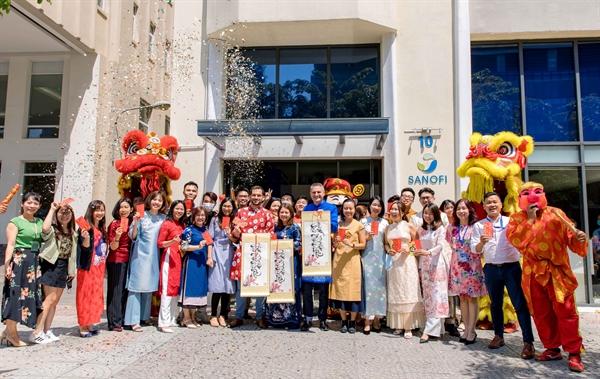 Ông David Tick (áo dài đỏ giữa) - Giám Đốc Điều Hành Sanofi Pasteur Việt Nam & Campuchia và tập thể Ban lãnh đạo, nhân viên Sanofi.