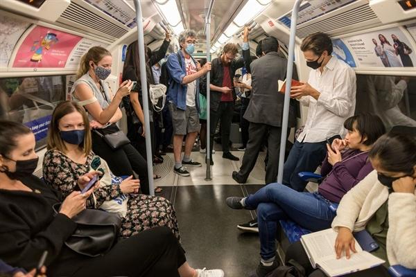 Số ca nhiễm mới sẽ tăng trở lại một khi mọi người tập trung trong không gian kín. Ảnh: Bloomberg.
