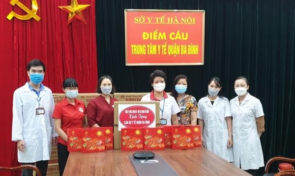Lực lượng y tế tuyến đầu tại Hà Nội tiếp nhận những món quà Trung thu ấm áp từ Mondelez Kinh Đô